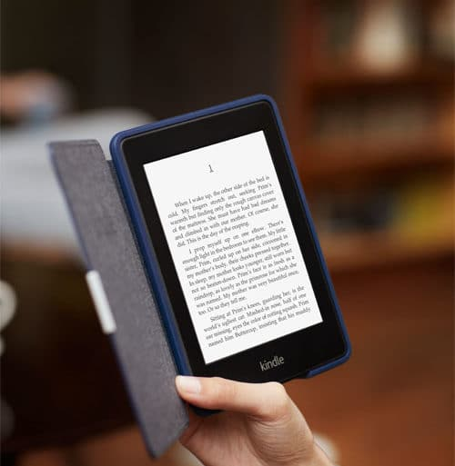 Kindle Paperwhite 3G con funda en un cafe