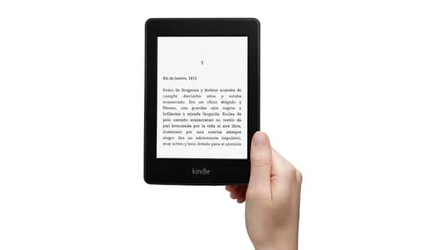 Kindle Paperwhite sostenido