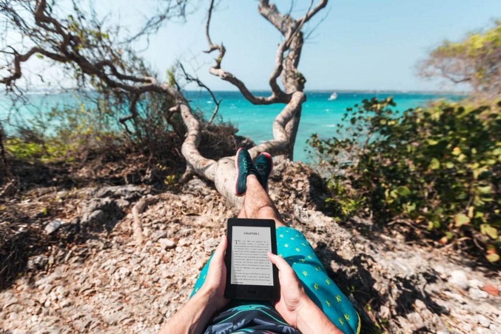 Leyendo el Kindle Paperwhite en pleno sol